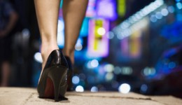 "Women's high heels have ""powerful effect"" on men"